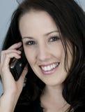 jej telefon do celi młodych kobiet Fotografia Royalty Free