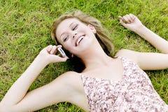 jej telefon komórki blondyna mówi młodych kobiet zdjęcie royalty free