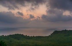 JEJU Ö, KOREA: Härlig soluppgång från maximumet av Seongsan Ilchulbong arkivfoto