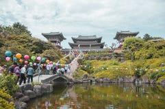 Jeju ö, KOREA - OKTOBER 12: Den Yakcheonsa templet är biggesna Arkivbilder