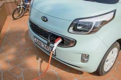 Jeju-делают, Корея - 10-ое апреля 2015: перезаряжающ KIA Рэй EV электрическое Стоковые Фото