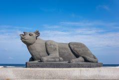 Jeju, Corea: La estatua de la vaca en Udo IslandCow Island Udo es uno de los puntos visitados de Jeju-Do Sobre millones de person fotografía de archivo