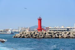 Jeju-Do, Korea - 10. April 2015: roter Leuchtturm auf einem Uferdamm Lizenzfreie Stockbilder