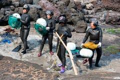 JEJU-DO - MARS 27: Show av havskvinnor - Haenyo dykare på Jeju Royaltyfri Fotografi