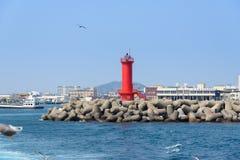 Jeju-, Korea - April 10, 2015: rode Vuurtoren op een zeedijk Royalty-vrije Stock Afbeeldingen