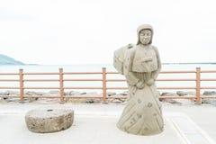 JEJU, KOREA - JULI 9, 2017: standbeeld van Haenyeo bij Hyeopjae-Strand Royalty-vrije Stock Fotografie