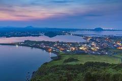 Jeju stad, Sydkorea sikt från solnedgångmaximum Den Jeju ön är på Royaltyfria Bilder