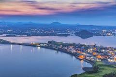 Jeju stad, Sydkorea sikt från solnedgångmaximum Den Jeju ön är på Royaltyfri Foto