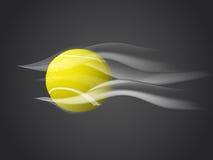 Jejua a bola de tênis movente isolada no fundo escuro Fotos de Stock