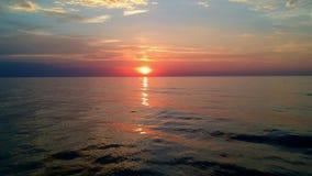 Jejua a mosca para a frente no sentido do por do sol no horizonte de mar vídeos de arquivo