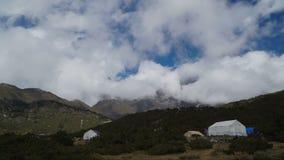Jejuam as nuvens e as barracas moventes sob a montanha video estoque