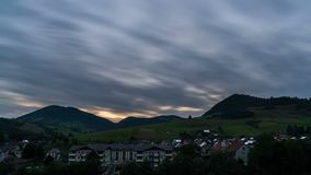 Jejuam as nuvens moventes sobre o campo rural na noite do por do sol Estradas transversaas filme