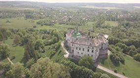 Jejuam a metragem mooving do zangão ao castelo histórico e o parque em Olesko - sightseeing ucraniano famoso vídeos de arquivo