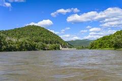 Jejue para um rio da montanha Imagem de Stock Royalty Free