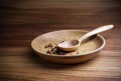 Jejum, emprestado Placa com colher e migalha no fundo de madeira fotografia de stock royalty free