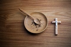 Jejum, emprestado Placa e cruz no backgroud de madeira fotografia de stock