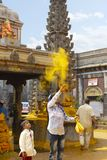 JEJURI PUNE OMRÅDE, MAHARASHTRA, Augusti 2018, fantast som kastar gurkmejapulver på den Lord Khandoba templet arkivbilder