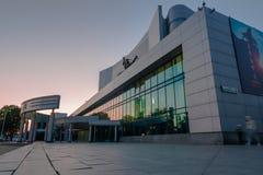 Jekaterinburg-Kino Kosmos nach schönem Gebäude des Sonnenuntergangs stockbilder