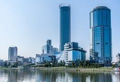 Jekaterinburg, Russland - August, 04,2016: Ansicht von Ekaterinburg-Stadt mit Wolkenkratzern, Dramatheater und weißem Haus lizenzfreie stockfotografie
