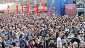 Jekaterinburg, Russland - Juni 2018: Leute in der Fanzone am Weltcup in Russland Fans jubeln für ihr Team an 2018 zu lizenzfreie stockfotografie