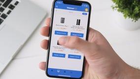 Jekaterinburg, Russland - 3. Oktober 2018: Mann, der Walmart-APP auf iPhone X Smartphone, grasend durch die Seite verwendet stock video footage