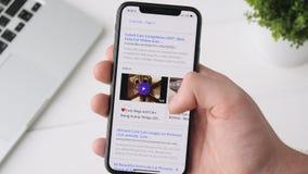 Jekaterinburg, Russland - 3. Oktober 2018: Mann, der Yahoo-APP auf iPhone X Smartphone, grasend durch die Seite verwendet stock video