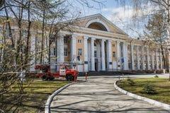 Jekaterinburg, Swerdlowsk/Russland - 05 05 2019: Das alte russische Löschfahrzeug und das Ural-Institut der Zustands-Feuerwehr vo lizenzfreies stockfoto