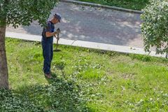 Jekaterinburg, Swerdlowsk Russland - 07 25 2018: Ein Mann von mittlerem Alter in gestreiften Blau- und weißest-shirt und einer bl stockfotografie