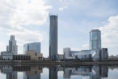 Jekaterinburg- und Stadtteich mit Wolkenkratzern stockfotos