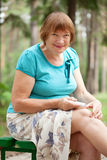 Jel embrocating de la mujer en rodilla Fotos de archivo libres de regalías