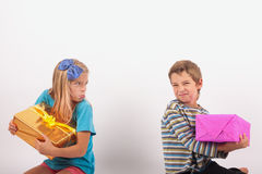 Jelaous-Geschwister - Weihnachtsgeschenke Lizenzfreie Stockfotos