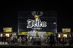 Jelen Pivo啤酒巨型商标在夏天室外酒吧的 Jelen Pivo是塞尔维亚淡储藏啤酒,塞尔维亚的最大的生产商 免版税库存图片