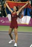 Jelena Jankovic med den serbiska flaggan Royaltyfri Bild