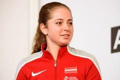 Jelena Ostapenko, Lid van Team Latvia voor FedCup, tijdens het ontmoeten van ventilators voor Wereldgroep II Eerste Ronde spelen stock foto's
