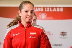 Jelena Ostapenko, Lid van Team Latvia voor FedCup, tijdens het ontmoeten van ventilators voor Wereldgroep II Eerste Ronde spelen royalty-vrije stock foto's