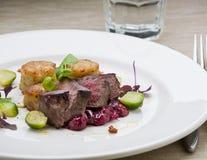 Jeleni stek z cranberries, grulami i Brussels Obrazy Royalty Free