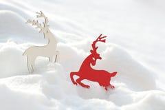Jeleni wystrój boże narodzenia w śniegu abstrakcjonistycznych gwiazdkę tła dekoracji projektu ciemnej czerwieni wzoru star white zdjęcia royalty free