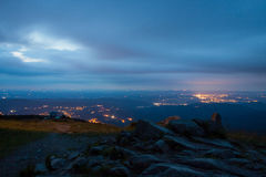 Jelenia Gora увиденное сверху на ноче. Польша Стоковое Изображение