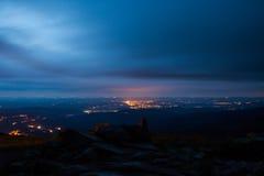 Jelenia Gora gesehen von oben genanntem nachts. Polen Lizenzfreies Stockbild