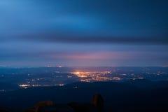 Jelenia Gora visto desde arriba en la noche. Polonia Fotografía de archivo