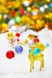 Jelenia i Bożenarodzeniowa dekoracja w śniegu Zdjęcie Royalty Free