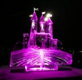 Jelgava/Letland - Februari tiende, 2017: Klein gesneden ijsbeeldhouwwerk van een kasteel bij nacht van het Internationale Festiva royalty-vrije stock fotografie