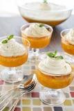 Jell-o чашки десерта с сметанообразным взбитым отбензиниванием Стоковые Изображения RF