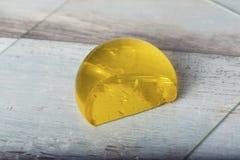 Jello koloru żółtego kropli zakończenia Błękitny deser Składa szalika Świeżego dżemu Marmoladowego Soczystego cukierki Fotografia Royalty Free