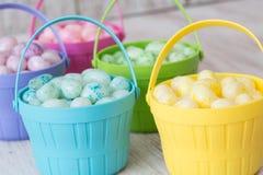 Jelly Beans en colores pastel en las cestas coloreadas para Pascua Imágenes de archivo libres de regalías