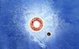 Jelly cake on a white plate, coffee cup with coffee, all on snow Stock Photography
