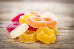 Jelly Candy colorida en fondo de madera rústico Imagenes de archivo