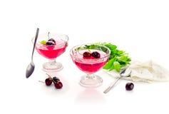 Jelly de uma cereja doce em um fundo branco imagem de stock royalty free