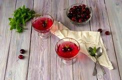 Jelly de uma cereja doce em um fundo de madeira fotos de stock royalty free