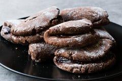 Jelly Filled Chocolate Cookies med pudrade socker och Cherry Jam royaltyfria bilder